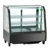Eine schwarze Kühlvitrine mit mehreren Ablagefächern. Diese ist auf der vorderseite leicht abgerundet. Auf allen vier Seiten befindet sich eine Glas-Verkleidung. Diese Kühlvetrine wirkt sehr stabil und hochwertig.