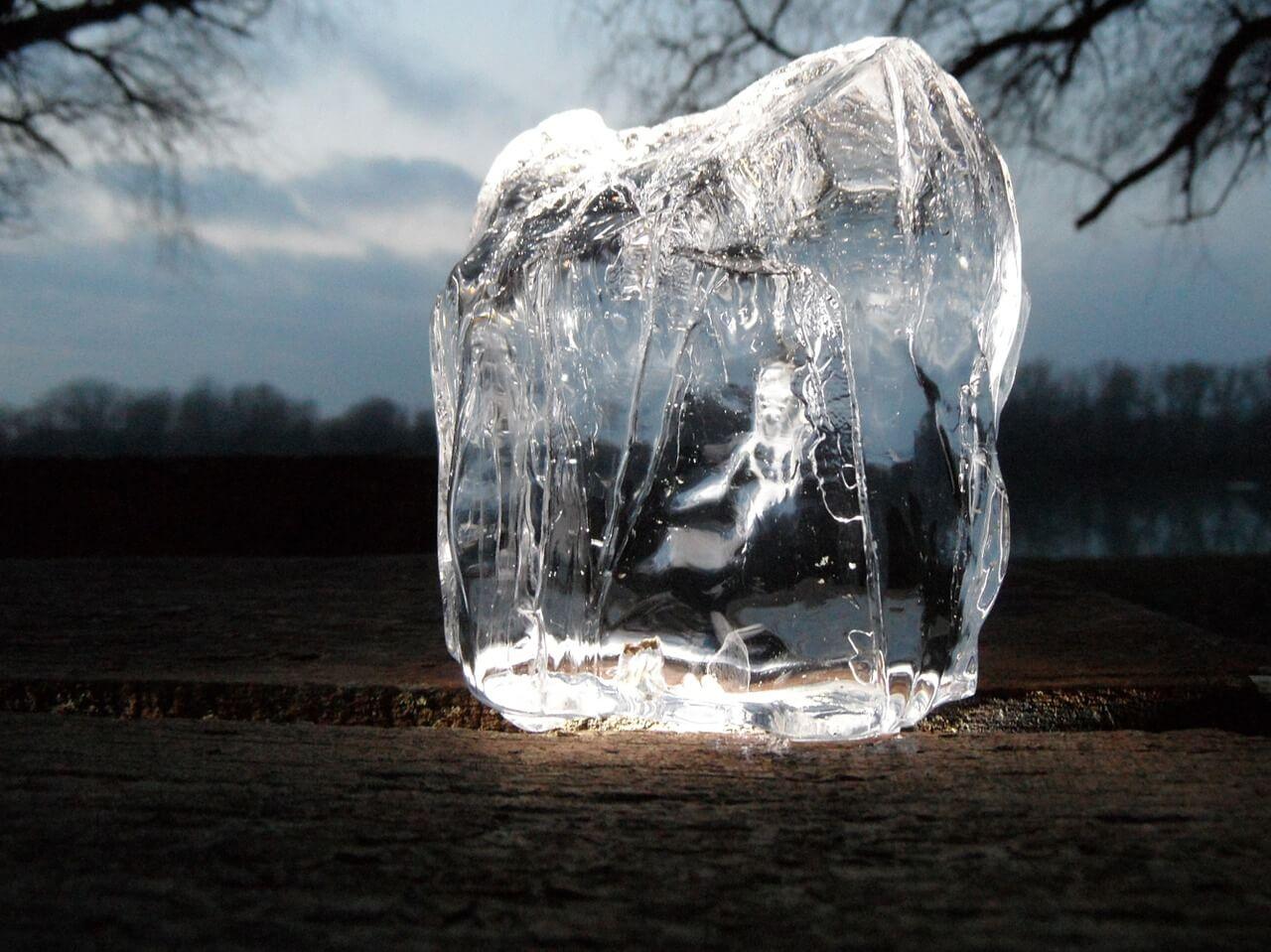 Ein Eiswürfel welcher auf dem Boden steht. Dieser soll die kälte einer Kühlvitrine darstellen.
