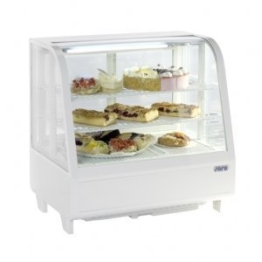 Weiße Kühlvitrine mit Glasfront. Der Hintergrund ist weiß. Es befinden sich 3 Fächer. In diesen befinden sich Lebensmittel.